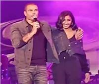 فيديو| جمهور عمرو دياب يهتف لـ«دينا الشربيني».. والهضبة: «هي بتتكسف طبعا»