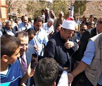 وزير الأوقاف يوزع صكوك الأضاحي على الأسر الأولى بالرعاية بسانت كاترين