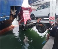 صور| رفع شاحنة سقطت في مياه البحر بميناء الإسكندرية