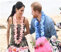 رومانسية على الشاطئ.. نظرات «هاري» لـ«ميجان» تشعل «السوشيال ميديا»