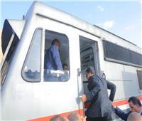 صور| وزير النقل يستقل قطارًا من بنها لـ«الإسكندرية» للاطمئنان على مستوى الخدمة