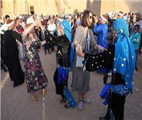 احتفالا بتعامد الشمس..زوار أبو سمبل يرقصون على الأنغام المصرية