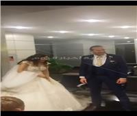 صور| مطار القاهرة يحتفل بعروسين ويهديهما كعكة الزفاف