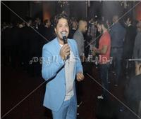 صور| مصطفى حجاج يُغني «100 وش وخطوة» بزفاف «أحمد ونورا»