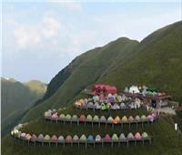 الصين تسجل رقمًا قياسيًا لأطول خط خيام بالعالم فوق جبل شاهق
