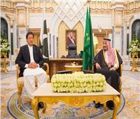 العاهل السعودي يستقبل رئيس وزراء باكستان