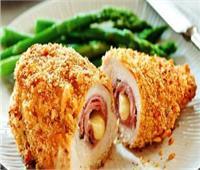 طبق اليوم .. «دجاج كوردن بلو ومكرونة بالكزبرة الخضراء»