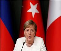 ميركل:  يجب البدء في عملية سياسية تفضي إلى إجراء انتخابات في سوريا