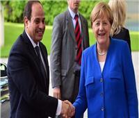 السيسي يتلقى اتصالاً من ميركل ويبحثان الوضع في ليبيا