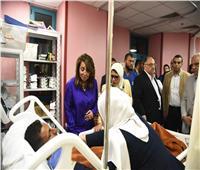 صور  وزيرتا التضامن والصحة تطمئنان على مصابي «حادث المنيا»