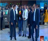 بالفيديو| الرئيس السيسي يلتقط «سيلفي» مع المشاركين بمنتدى شباب العالم