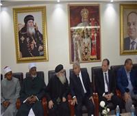 محافظ أسوان يقدم واجب العزاء في شهداء حادث المنيا الإرهابي