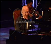 صور| عمر خيرت يسحر جمهور الأوبرا بعزف «فيها حاجة حلوة ومافيا»