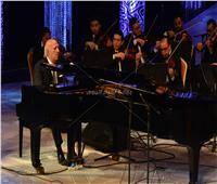 عمر خيرت يختتم حفله بعزف «100 سنة سينما».. والجمهور يهديه «الورود»