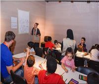 تعليم مهارات الرسم للأطفال في معرض الشارقة الدولي للكتاب
