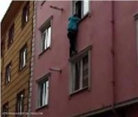 طالب يقفز من الطابق الثالث ليلحق بموعد الامتحان