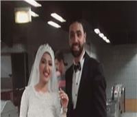 بـ«فستان الفرح والبدلة» ..عروسان يحتفلان بزفافهما في المترو