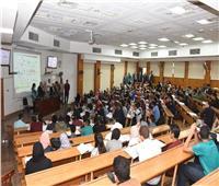 رئيس جامعة القاهرة يقوم بجولة في كلية الطب