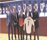 فيديو| ريال مدريد يكرم وفد النادي الأهلي