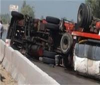 تعطل الحركة المروريةبالطريق الدائري بسبب انقلاب سيارة نقل