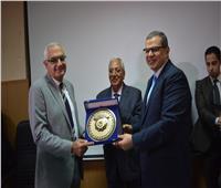 «سعفان» يتبادل الدروع مع محافظ الدقهلية ورئيس جامعة المنصورة