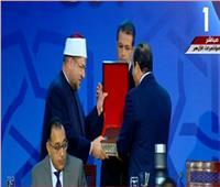فيديو| وزير الأوقاف يهدي الرئيس السيسي كتابين من أحدث إصدارات الوزارة