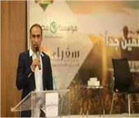 سيد عبد الحفيظ يشارك «أنا إنسان» في توزيعها حلوى المولد