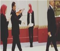صور| «العناني» يستقبل ضيوفه في قاعة «يويا وتويا» على أنغام «الكمان»