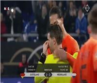 حكم مباراة هولندا وألمانيا يبكي لفقدانه والدته.. و«فان ديك» يحتضنه