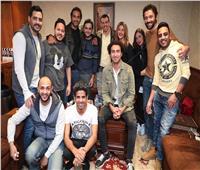 صور| أشرف عبدالباقي يستقبل دنيا سمير غانم وكريم فهمي في مسرح مصر
