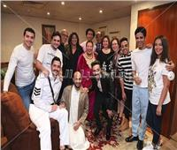 صور| إلهام شاهين وهالة صدقي ضيفتا أشرف عبدالباقي بمسرح مصر