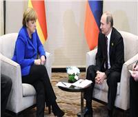 الكرملين: بوتين وميركل يناقشان هاتفيًا حادثة البحر الأسود