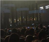 توافد الجماهير على حفل عمرو دياب بالتجمع الخامس