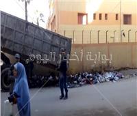 فيديو| عمال النظافة يخفون القمامة بجوار سور مدرسة بالإسكندرية