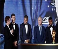 نجوم منتخب فرنسا يستعرضون كأس العالم خلال حفل الكرة الذهبية