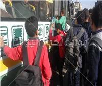 فيديو| «شعبطة» طلاب المدارس في أتوبيس نقل عام.. والسائق يرفض توصيلهم