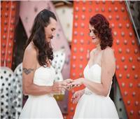 زوج يرتدي نفس فستان زوجته في يوم الزفاف |صور