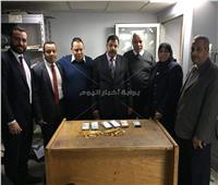 ضبط راكب أخفى مشغولات ذهبية و210 آلاف ريال في ملابسه بمطار القاهرة