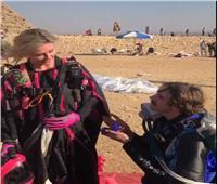 فيديو| سائح يقدم خاتم الزواج لصديقته أمام الأهرامات
