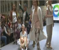 فيديو| عرض أزياء «بيجامات» لموديل فوق الـ 60