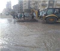 انفجار ماسورة مياه بشارع نادي الشرطة بالمحلة
