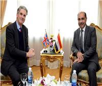 وزير الطيران المدني يلتقي سفير بريطانيا بالقاهرة