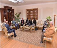 محافظ أسيوط يلتقى وفد مؤسسة ساويرس للتنمية لبحث سبل التعاون