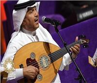 محمد عبده يُعيد الزمن الجميل في حفل الكويت بـ20 أغنية