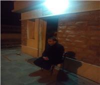 رئيس قرية «أبو صوير» يحل محل عامل مزلقان في منتصف الليل