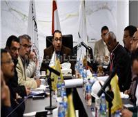 صور| رئيس الوزراء يجتمع بمسؤولي مدينة العلمين الجديدة