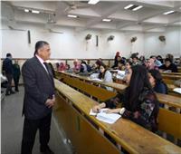 نائب رئيس جامعة عين شمس يتفقد لجان الامتحانات بكلية الآداب