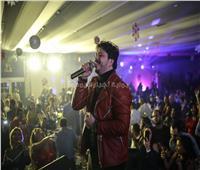 صور| مصطفى حجاج يشعل حفل الكريسماس بـ«خطوة»