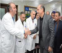 وزير الطيران يطمئن على الطفلة مرام بعد نجاح عملية زرع كلى