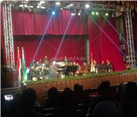 صور| عمر خيرت يفتتح حفل جامعة القاهرة على نغمات «العرافة»